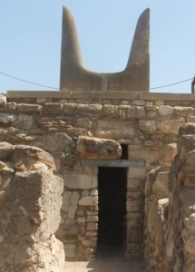 knossos-central-court-southern-horns-and-north-facing-doorway-niche